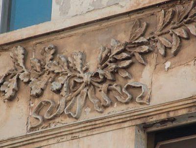 Detailansicht Stuckelemente Aussenfassade - vor der Sanierung